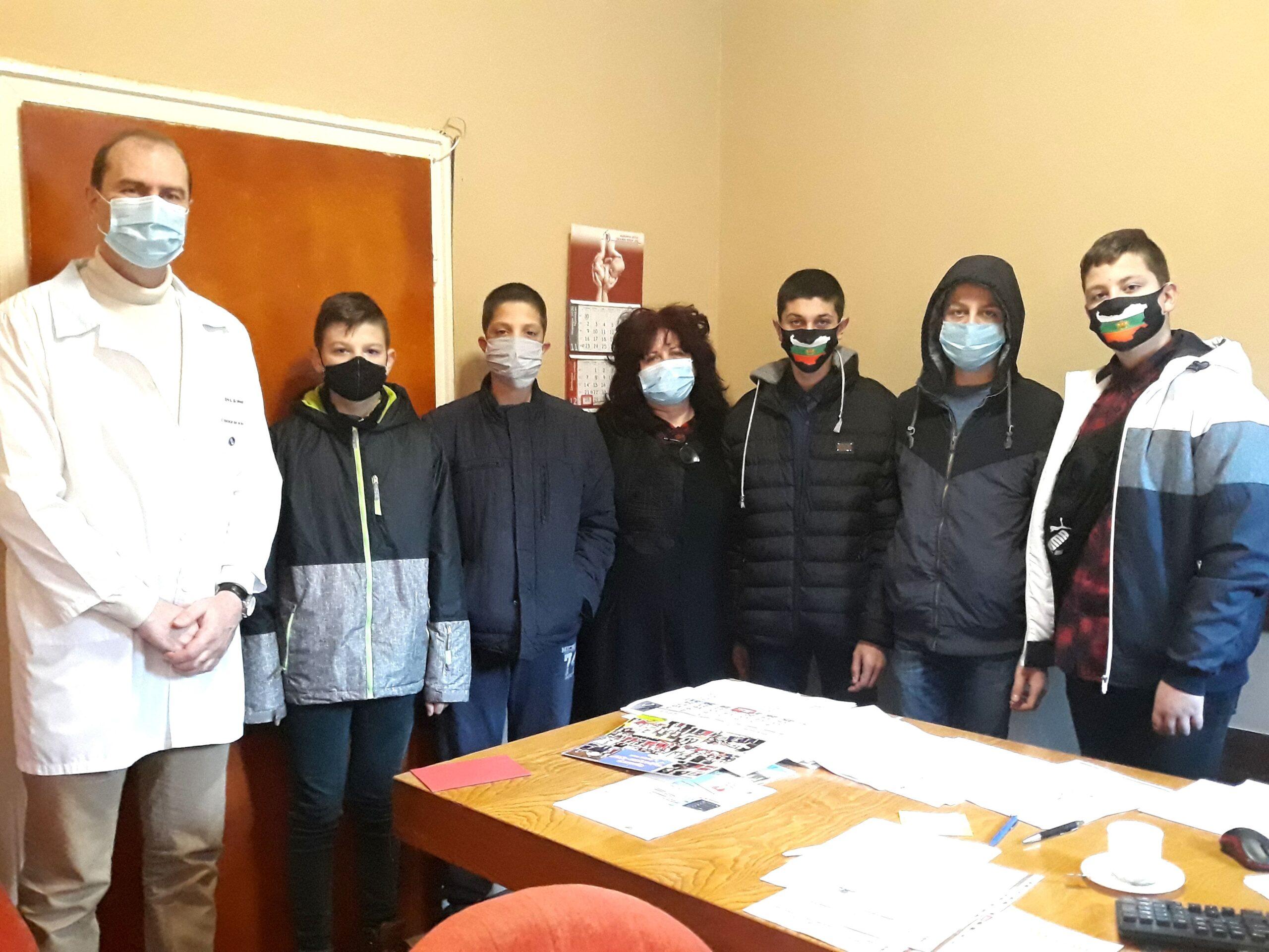 Read more about the article Староселски коледари с дарение за COVID отделението в Тутракан